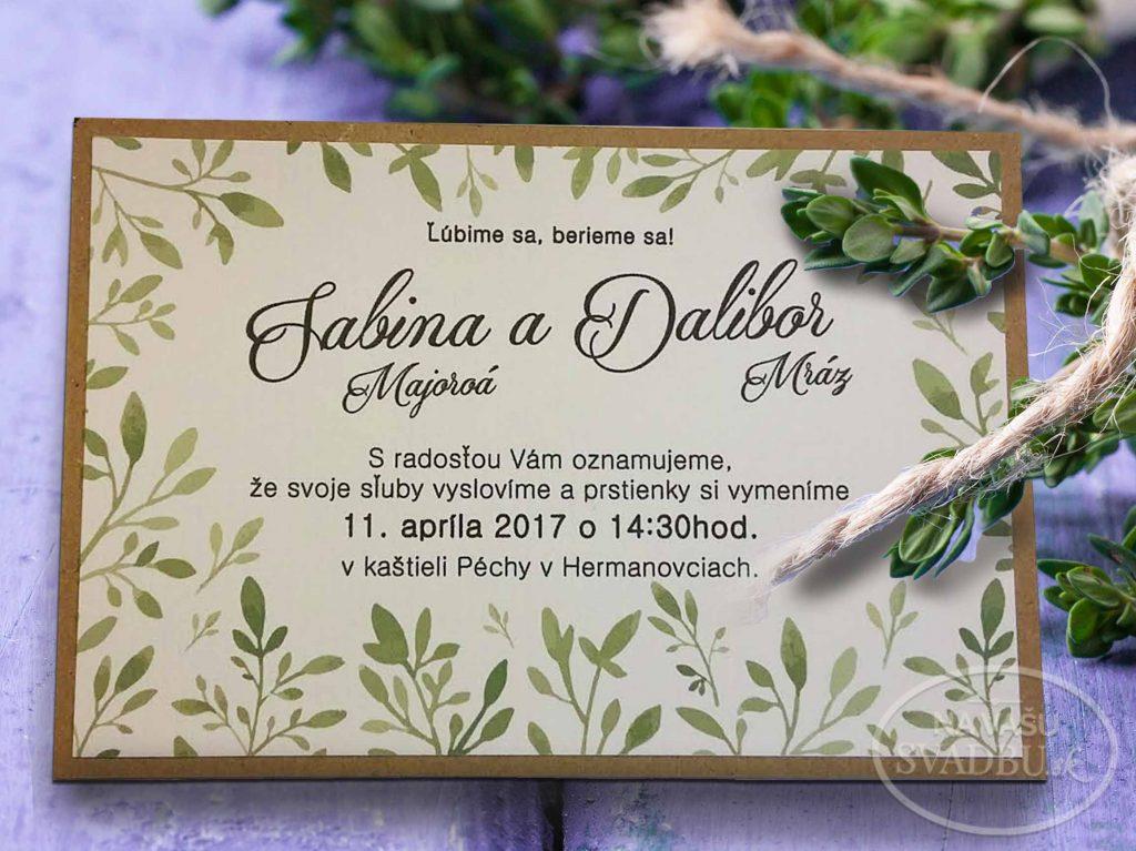 jednoduché prípadné svadobné oznámenie so zelenými listami podlepené kraft papierom