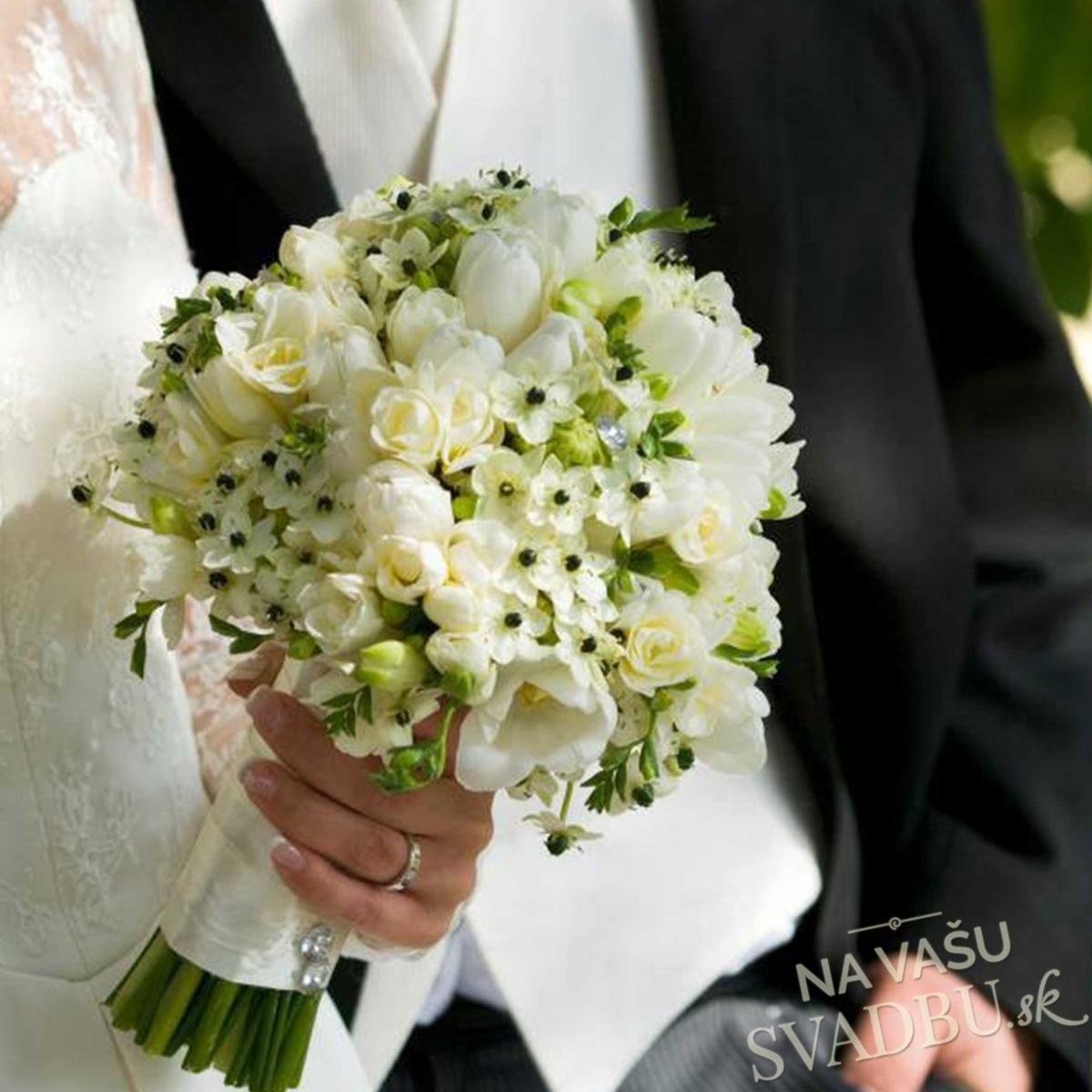 d4f68e7859 Ponúkame kytice viazané zo živých aj umelých kvetov. Po dohode je možné  kyticu doručiť k vám domov aj kuriérom.