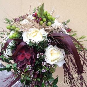 originálna jesenná svadobná kytica v bohémskom štýle zelená bordová biela s hroznom a klasmi