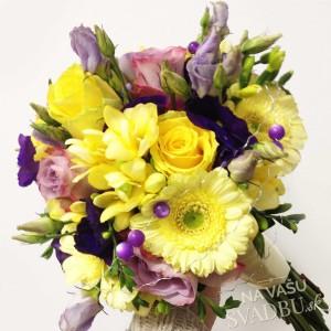 pestrofarebná svadobná kytica modro žltná mini gerbery krokusy ruže