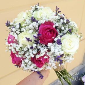 svadobná kytica bielo cyklamenová s ružami a levanduľou
