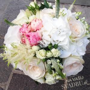 svadobná kytica bielo ružová s ružami a mivóniami