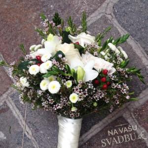 svadobná kytica z lúčnych kvetov so šípkami