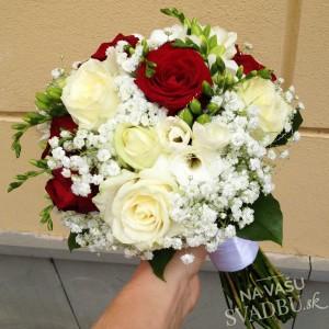 svadobná kytica z ruží bielo červená