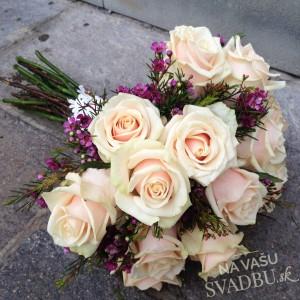 svadobná kytica z ruží púdrová ružová fialová