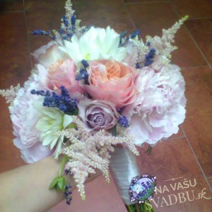 vintage svadobná kytica s ružami pivóniami a levanduľou