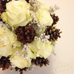 zimná svadobná kytica s maslovými ružami a šiškami