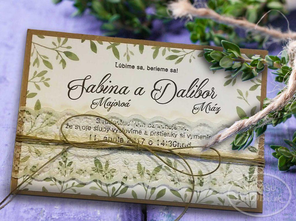 prírodné svadobné oznámenie s listami, podlepené kraft papierom a previazané jutovou šnúrkou a čipkou