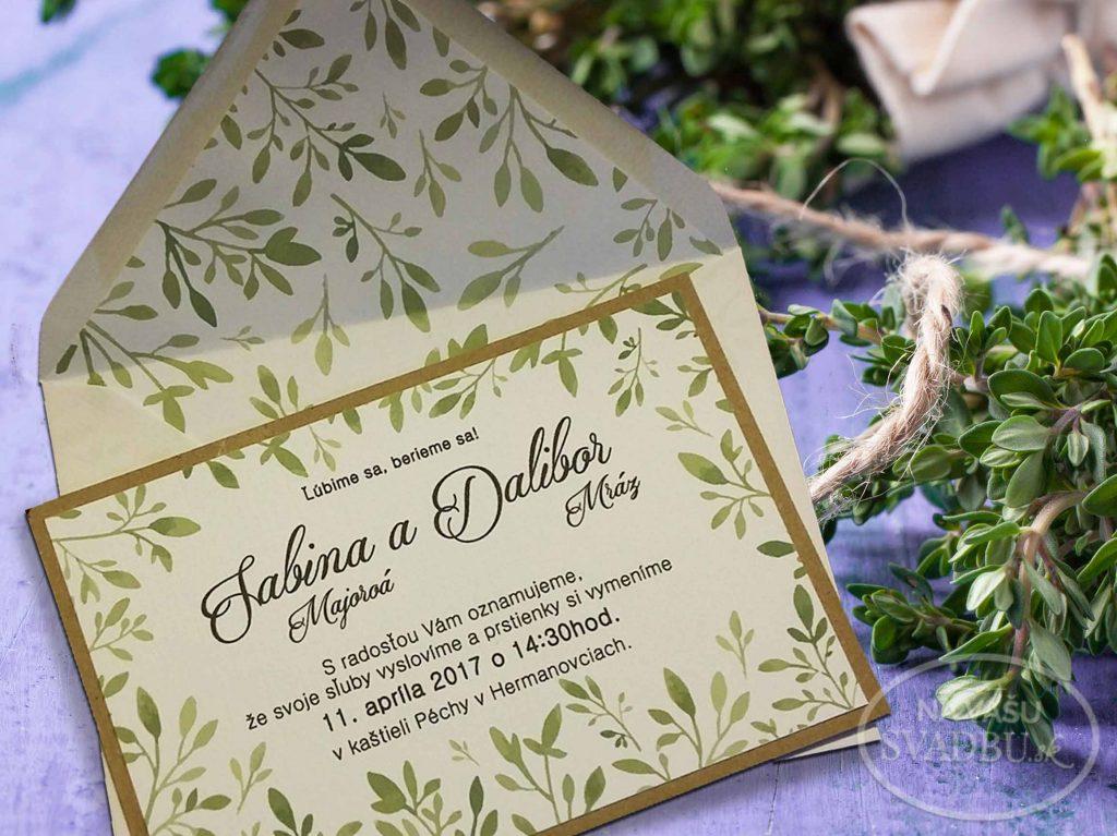 prírodné svadobné oznámenie so zelenými listami s obálkou s vnútornou vložkou