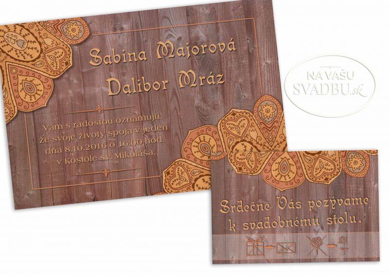 svadobne-oznamenie-folkove-na-drevenom-pozadi