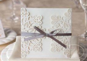 vyrezavane-svadobne-oznamenie-biele-so-striebornou-stuzkou