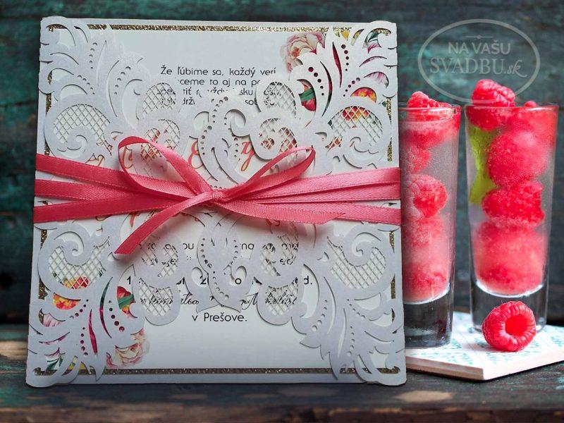 vyrezavane-svadobne-oznamenie-s-kvetinovou-kartickou-a-lososovou-stuzkou