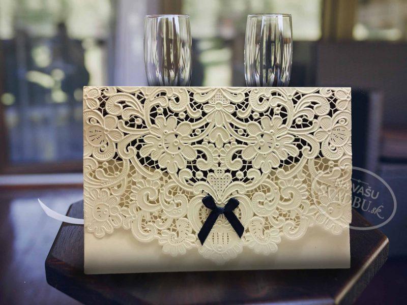 vyrezavane-svadobne-oznamenie-s-modrou-maslickou
